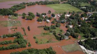 Πλημμύρες και ανεμοστρόβιλοι: Αντιμέτωπες με τη μανία της φύσης οι ΗΠΑ