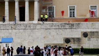 Επιχείρηση καθαρισμού της Βουλής μετά την επίθεση με μπογιές του Ρουβίκωνα