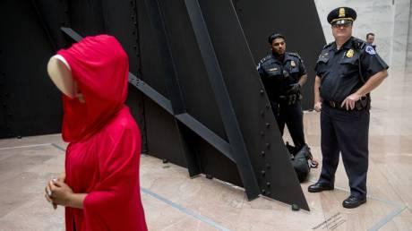 Συναγερμός στη Νέα Υόρκη για «απόπειρα αυτοκτονίας» μιας... κόκκινης ομπρέλας