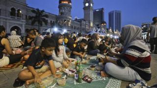 Μαλαισία: Αστυνομικοί σε ρόλο… σερβιτόρων για τον εντοπισμό όσων δεν νηστεύουν στο Ραμαζάνι