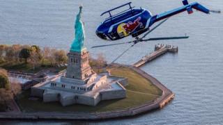 «Πιρουέτες» στον αέρα: Πιλότος πέταξε ανάποδα με ελικόπτερο στο Μανχάταν