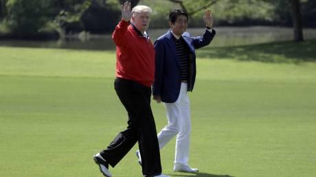 Τραμπ και Άμπε ξεπερνούν τις διαφορές τους παίζοντας... γκολφ στην Ιαπωνία