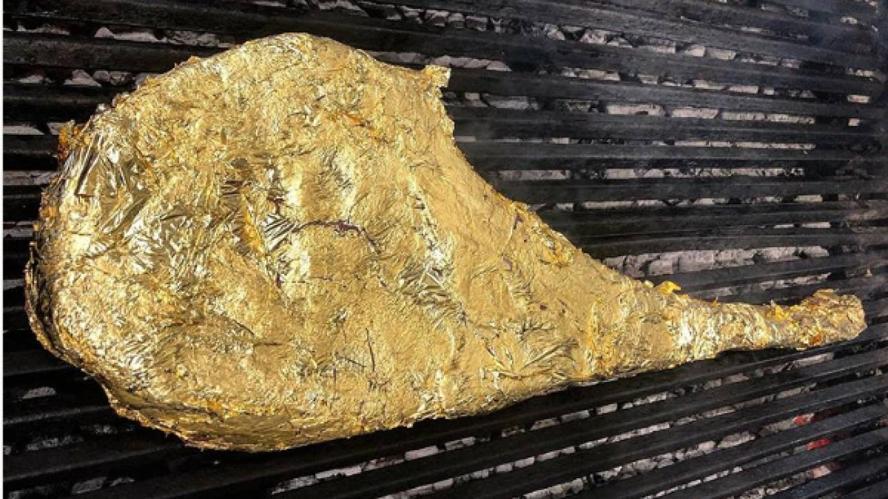 Σάλος με τη χρυσή... μπριζόλα του Salt bae