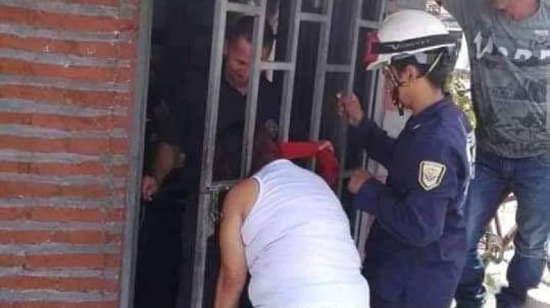 Επικό: Κουτσομπόλα ήθελε να ακούσει τους γείτονες και σφήνωσε το κεφάλι της στην πόρτα!