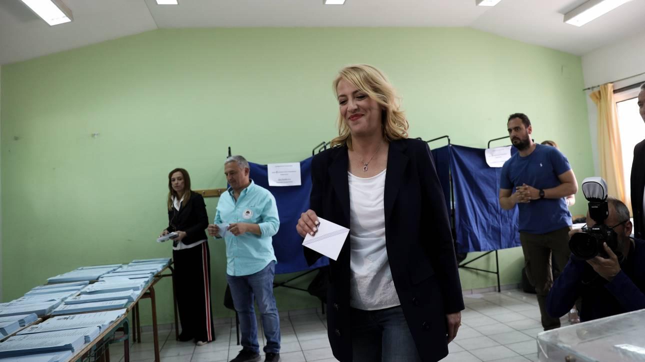 Εκλογές 2019: Με τη μητέρα της στην κάλπη η Ρένα Δούρου