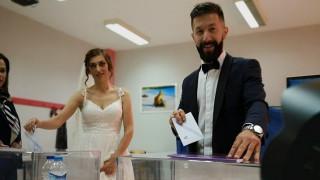 Εκλογές 2019: Νύφη και γαμπρός από την εκκλησία στο εκλογικό κέντρο