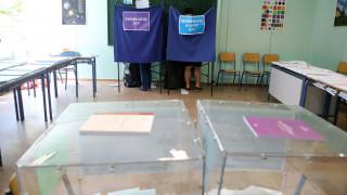 Εκλογές 2019: Μέλος εφορευτικής θηλάζει και αλλάζει το μωρό της μέσα στο εκλογικό τμήμα