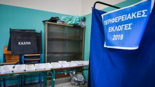 Εκλογές 2019: Καυγάς σε εκλογικό κέντρο - Ήθελε να μπει στο παραβάν με τον 90χρονο πατέρα του