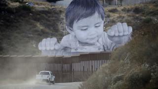 Street Art: Ένα παιδί μάς κοιτάει με νόημα πίσω από τα σύνορα Μεξικού - ΗΠΑ