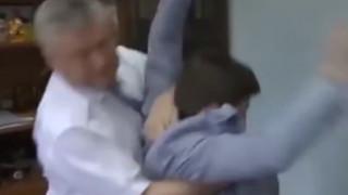 Πολιτικός χτύπησε ρεπόρτερ γιατί τον ρώτησε για καταγγελίες περί διαφθοράς του