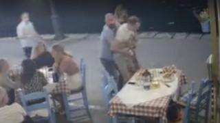 Βίντεο: Η στιγμή που υπεύθυνος ταβέρνας στα Χανιά σώζει πελάτη από πνιγμό