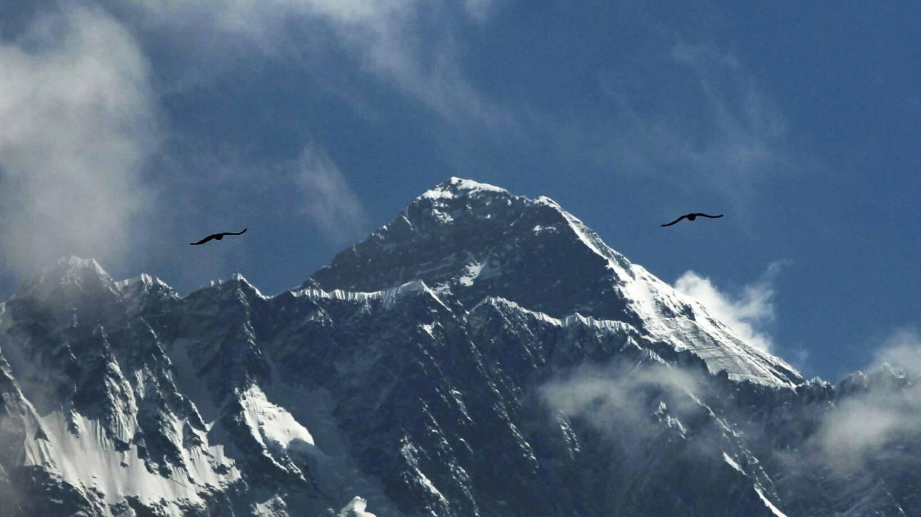 Προσπερνούν πτώμα για να φτάσουν στην κορυφή: Φωτογραφία – σοκ από τη «ζώνη θανάτου» στο Έβερεστ