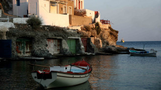 Δανειστικές βιβλιοθήκες-βάρκες στις παραλίες της Κιμώλου