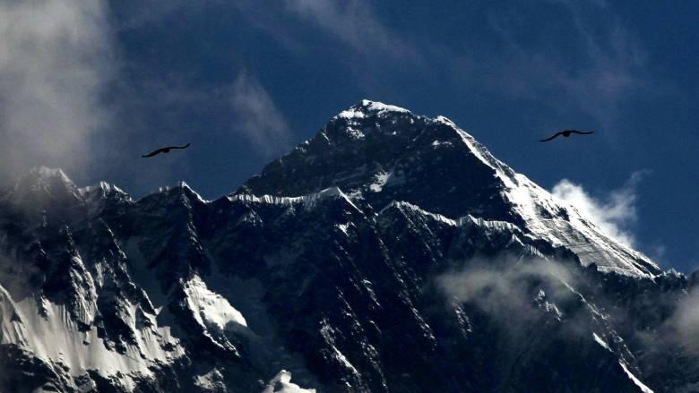 Το Έβερεστ και η «ζώνη του θανάτου»: Η εξήγηση για τη φωτογραφία που σόκαρε τον πλανήτη