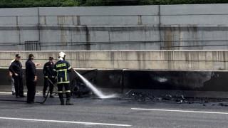 Ουρές χιλιομέτρων στην Αττική Οδό: Φορτηγό τυλίχτηκε στις φλόγες