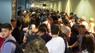 Χάος στο αεροδρόμιο της Ρόδου: Εκατοντάδες τουρίστες περιμένουν σε ατελείωτες ουρές