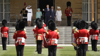 Η βασίλισσα Ελισάβετ και ο πρίγκιπας Κάρολος υποδέχθηκαν τον Τραμπ στο Μπάκιγχαμ