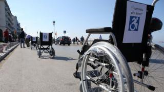 «Επιστρέφω σε 5 λεπτά»: Διαμαρτυρία στη Θεσσαλονίκη για το παράνομο παρκάρισμα στις θέσεις για ΑμεΑ