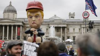 Ο Τραμπ στο Λονδίνο: Χρυσή τουαλέτα, ρομπότ και το φουσκωτό «μωρό» στις διαδηλώσεις