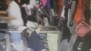Σοκαριστικές εικόνες: Ληστής χτυπάει με ρόπαλο στο κεφάλι γυναίκα υπάλληλο