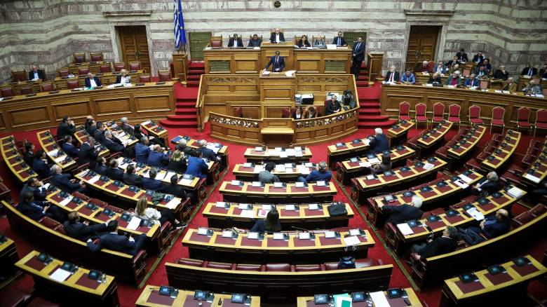 Θύελλα αντιδράσεων για τη «βροχή» τροπολογιών στη Βουλή