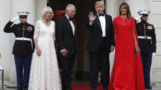 Μελάνια Τραμπ: Πιο εντυπωσιακή από ποτέ με κόκκινο φόρεμα από το σχεδιαστή της Μέγκαν Μαρκλ