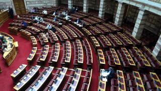 Χαμός με τις τροπολογίες στη Βουλή: Μπλόκο, αποχωρήσεις και «πυρά» βουλευτών του ΣΥΡΙΖΑ κατά ΣΥΡΙΖΑ