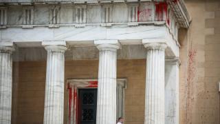 Ελεύθερο το ηγετικό στέλεχος του Ρουβίκωνα για την επίθεση με μπογιές στη Βουλή