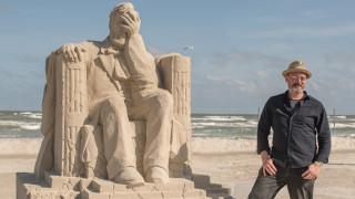 «Η ελευθερία καταρρέει»: Ένα γλυπτό στην άμμο αποτελεί την καλύτερη πολιτική δήλωση για την εποχή