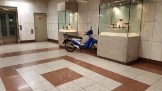 Ελλάδα... 2019: Οδηγός πάρκαρε το μηχανάκι του μέσα στο σταθμό του μετρό Πανεπιστήμιο