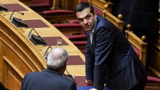 Αναδίπλωση της κυβέρνησης μετά το σάλο για τις προεκλογικές μετατάξεις