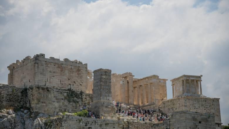 Ακρόπολη: Χαλασμένο το αναβατόριο για ΑμΕΑ - Σήκωσαν στα χέρια μαθητή για να φτάσει στον Ιερό Βράχο