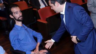 Η απρόσμενη συνάντηση Τσίπρα – Κυμπουρόπουλου και οι έξι καλλονές αεροσυνοδοί