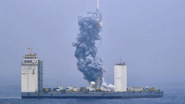 Η Κίνα εκτόξευσε τον πρώτο διαστημικό πύραυλο από πλωτή εξέδρα