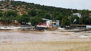 Καιρός: Πλημμύρισαν δρόμοι και σπίτια στη Βάρκιζα