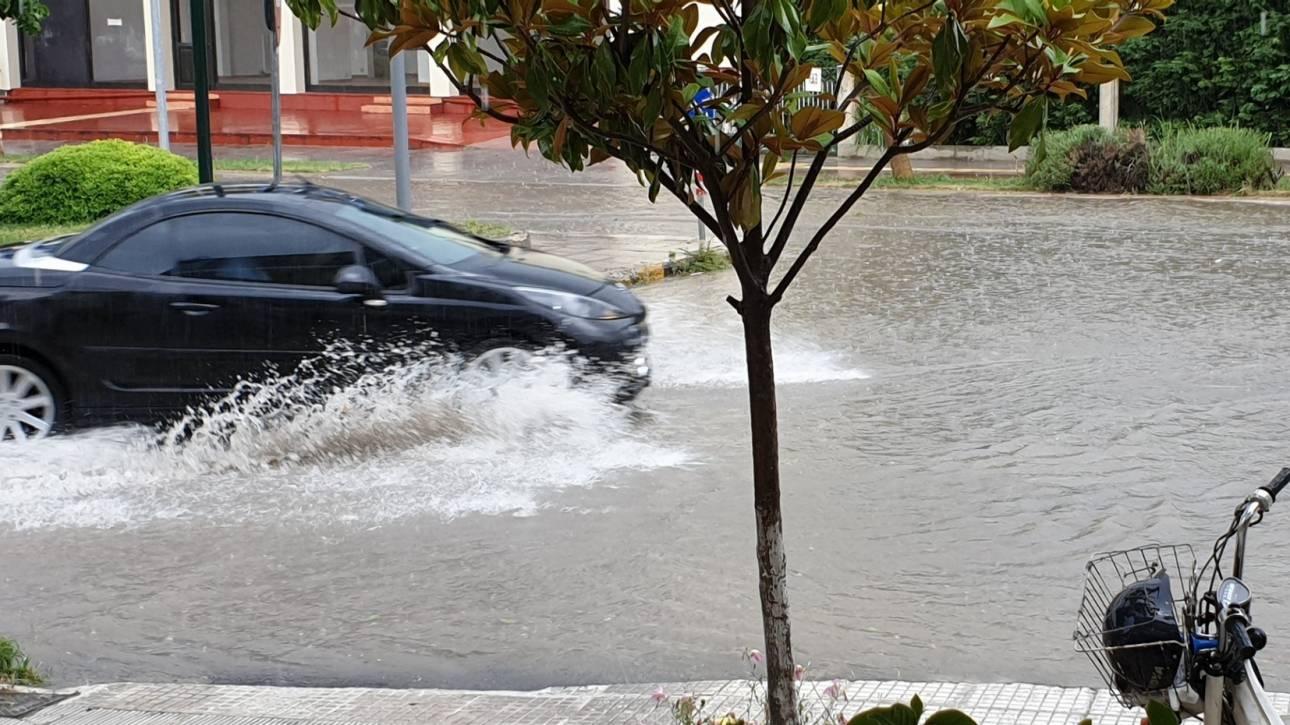 Καιρός: Ποτάμια οι κεντρικοί δρόμοι των Τρικάλων