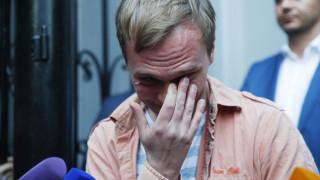 Με δάκρυα στα μάτια αφέθηκε ελεύθερος ο Γκολουνόφ - Θα συνεχίσει τη δημοσιογραφική έρευνα
