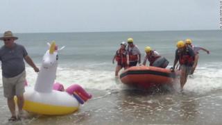 ΗΠΑ: Περιπέτεια στη θάλασσα για 10χρονο – Κύμα τον παρέσυρε με το φουσκωτό του