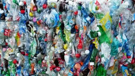 Ανησυχητικά στοιχεία: Η WWF αποκαλύπτει πόσο πλαστικό καταπίνει κάθε εβδομάδα ο μέσος άνθρωπος