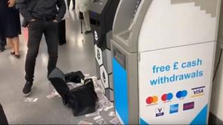 Λονδίνο: ΑΤΜ άρχισε να πετάει λεφτά – Άφωνοι οι αυτόπτες μάρτυρες