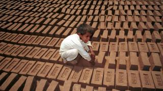 Τα παιδιά να παίζουν, όχι να εργάζονται: Εκκωφαντική υπενθύμιση κατά της παιδικής εργασίας