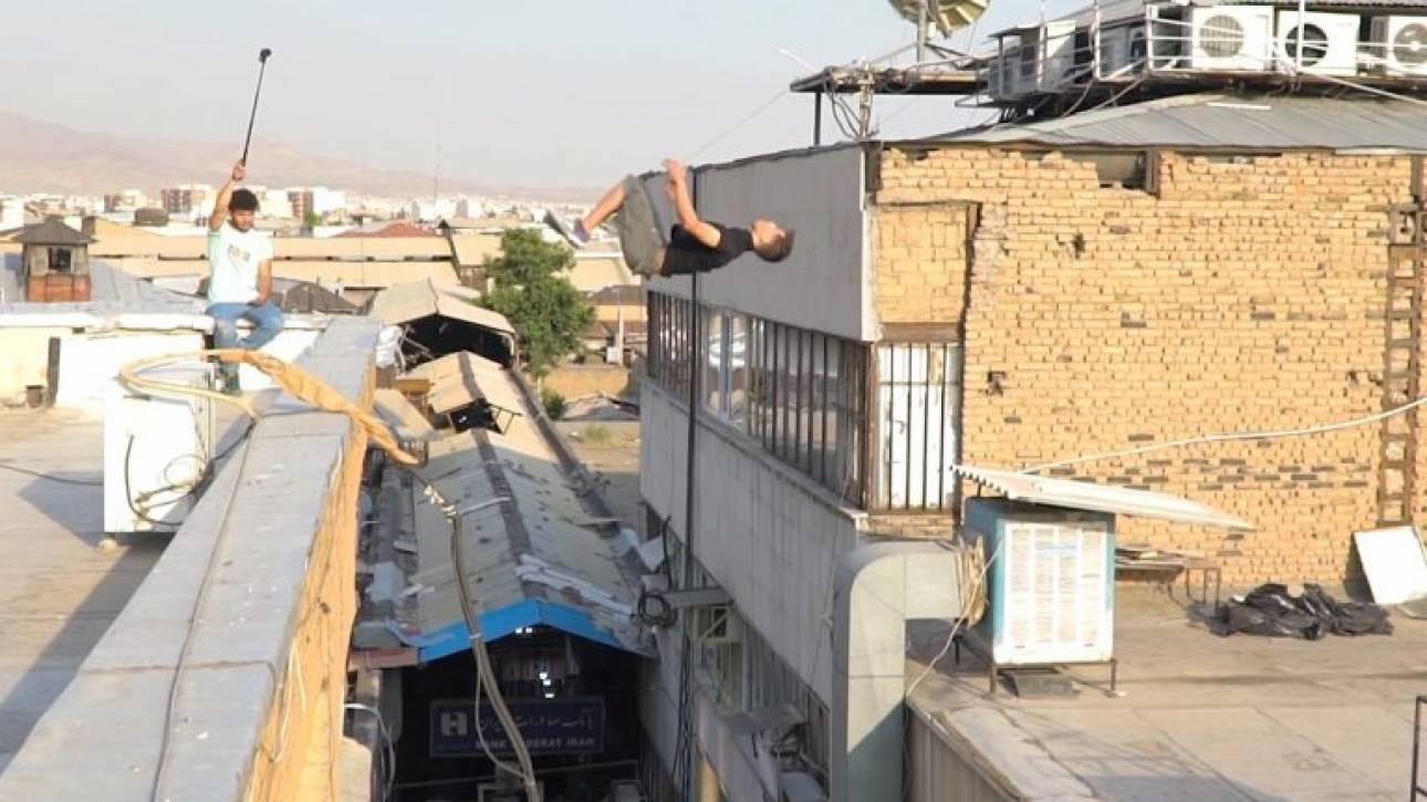 Τούμπα που κόβει την ανάσα: Αθλητής παρκούρ δοκιμάζει τα όριά του πάνω από την αγορά της Τεχεράνης