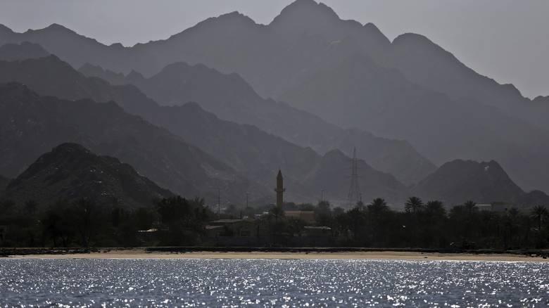 Παγκόσμια ανησυχία: Εκρήξεις σε δύο τάνκερ στον Κόλπο του Ομάν ανεβάζουν επικίνδυνα το θερμόμετρο