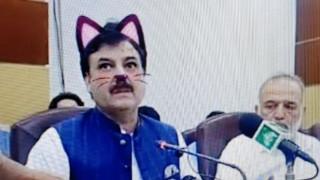 Ξεκαρδιστικό λάθος: Πακιστανός υπουργός εμφανίστηκε στο Facebook με... αυτιά και μουστάκια γάτας