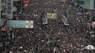 Χονγκ Κονγκ: Στους δρόμους χιλιάδες μαυροντυμένοι διαδηλωτές