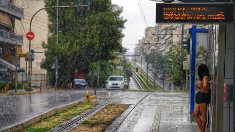 Καιρός: Μπουρίνι στα νότια προάστια – «Ποτάμια» οι δρόμοι στη Βουλιαγμένη