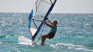 Κεφαλονιά: Η 79χρονη σέρφερ που «δαμάζει» τα κύματα