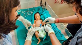 Ζευγάρι «έσωσε» νεογέννητο μωρό εγκαταλελειμμένο στα σκουπίδια μέσω twitter
