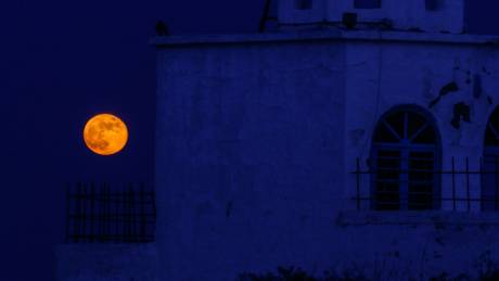 Πανσέληνος της Φράουλας: Μαγικές εικόνες του φεγγαριού από την Ελλάδα