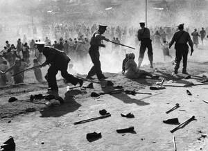 1959, Ντέρμπαν.  Η αστυνομία της Νότιας Αφρικής συγκρούεται με μαύρες διαδηλώτριες που διαμαρτύρονται για την απαγόρευση της παραγωγής μπύρας από ιδιώτες. Τουλάχιστον τρεις άνθρωποι έχασαν τη ζωή τους και δεκάδες τραυματίστηκαν στα επεισόδια.